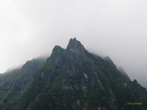 雲の中の岩峰