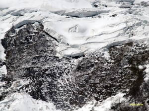雪崩れる岩壁