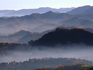 朝靄の山並